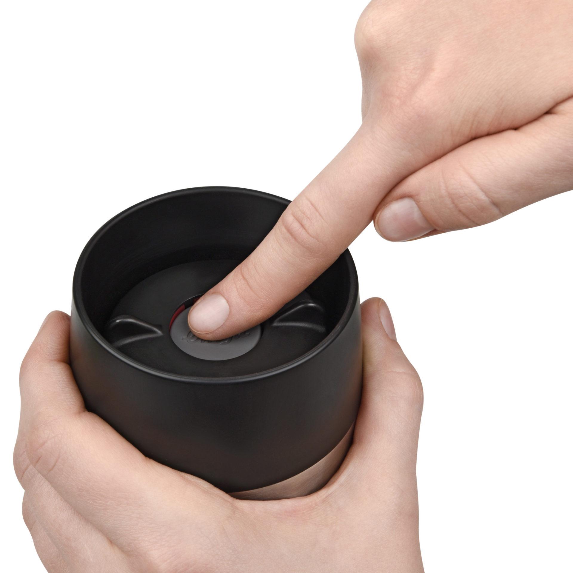 Du öppnar Emsas Travelmugg med ett knapptryck - från www.termosexperten.se